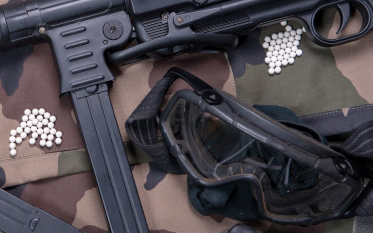 Air soft gun with protective glasses