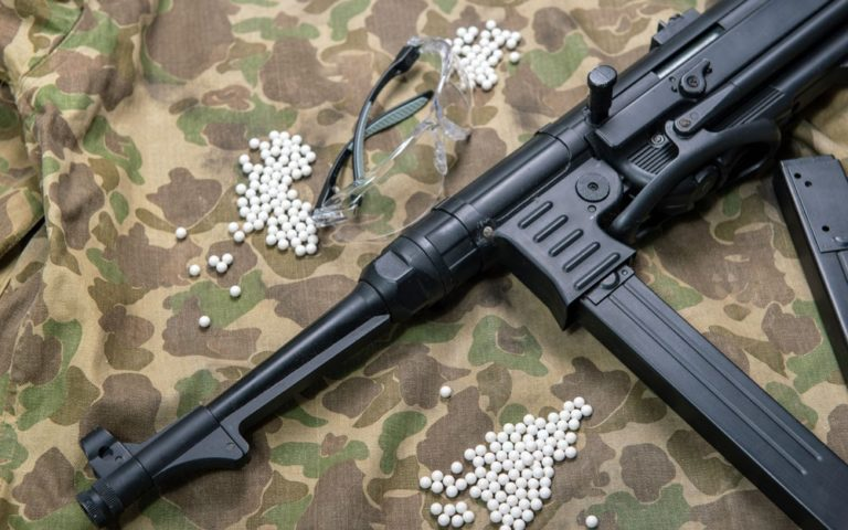 Airsoft gun with protective glasse